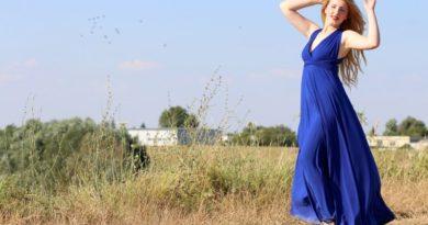 Kráľovská modrá je farbou roka. Ako ju nosiť?