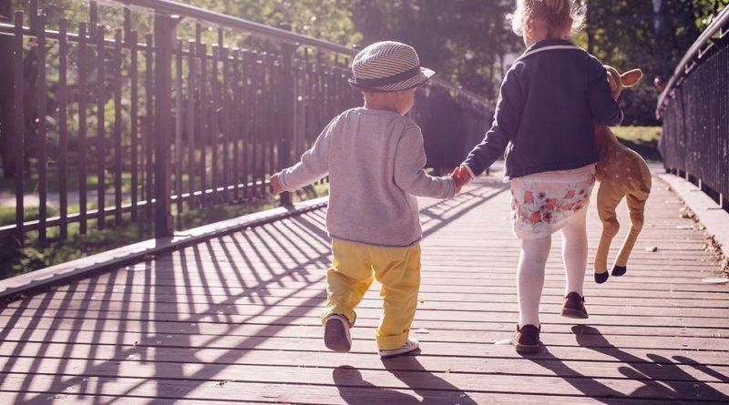 Cestovanie s deťmi. Ako je zabaviť v aute alebo vo vlaku?